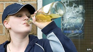 _54075099_teenage_girl_drinking_